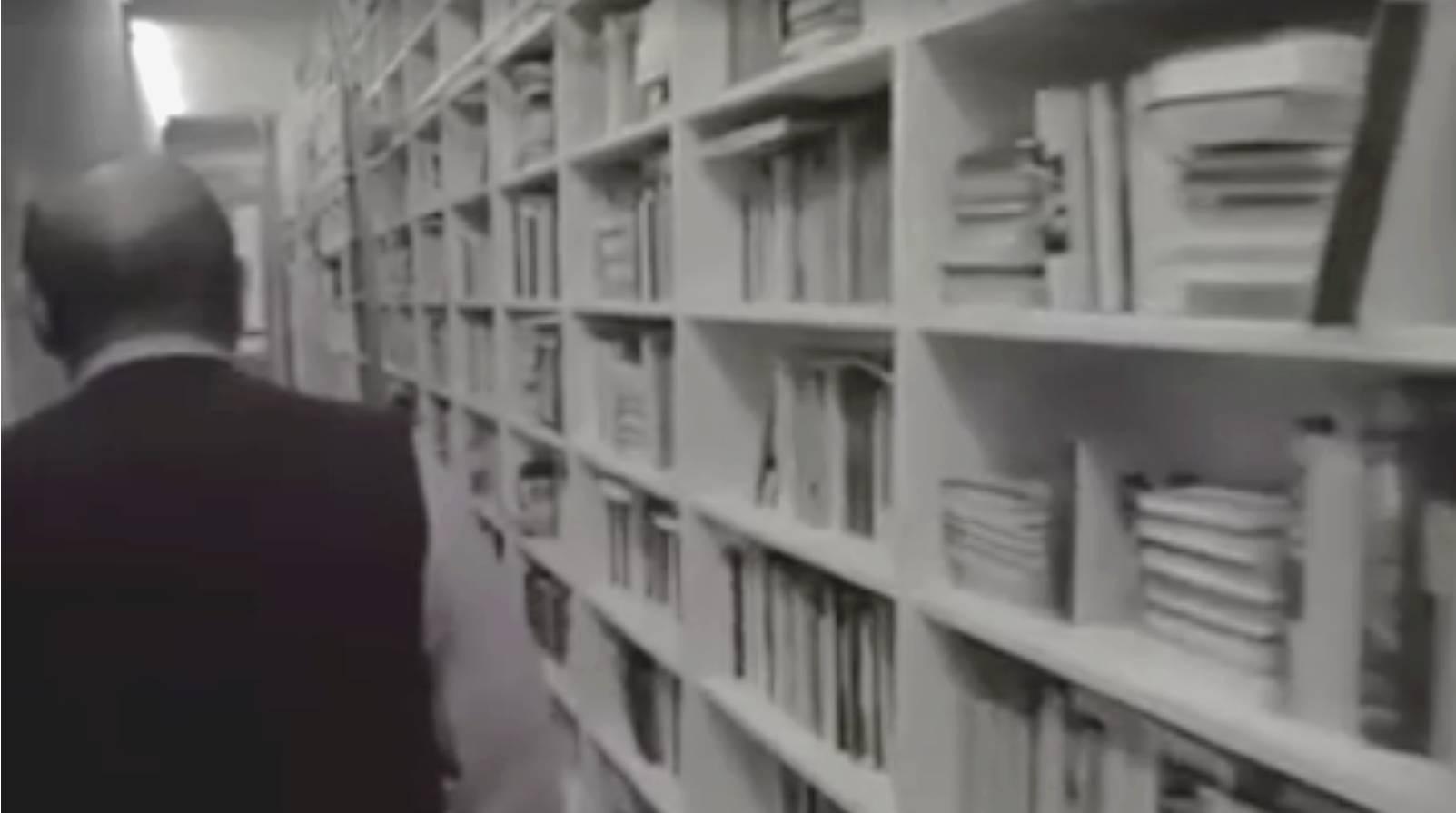 une vid o extraordinaire d 39 umberto eco arpentant sa spectaculaire biblioth que archimag. Black Bedroom Furniture Sets. Home Design Ideas