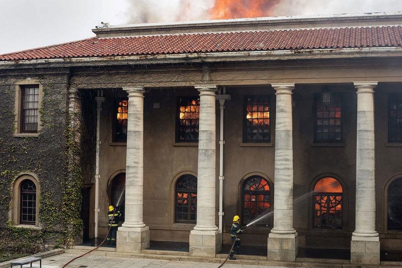 Afrique du Sud bibliothèque universitaire du Cap ravagée incendie