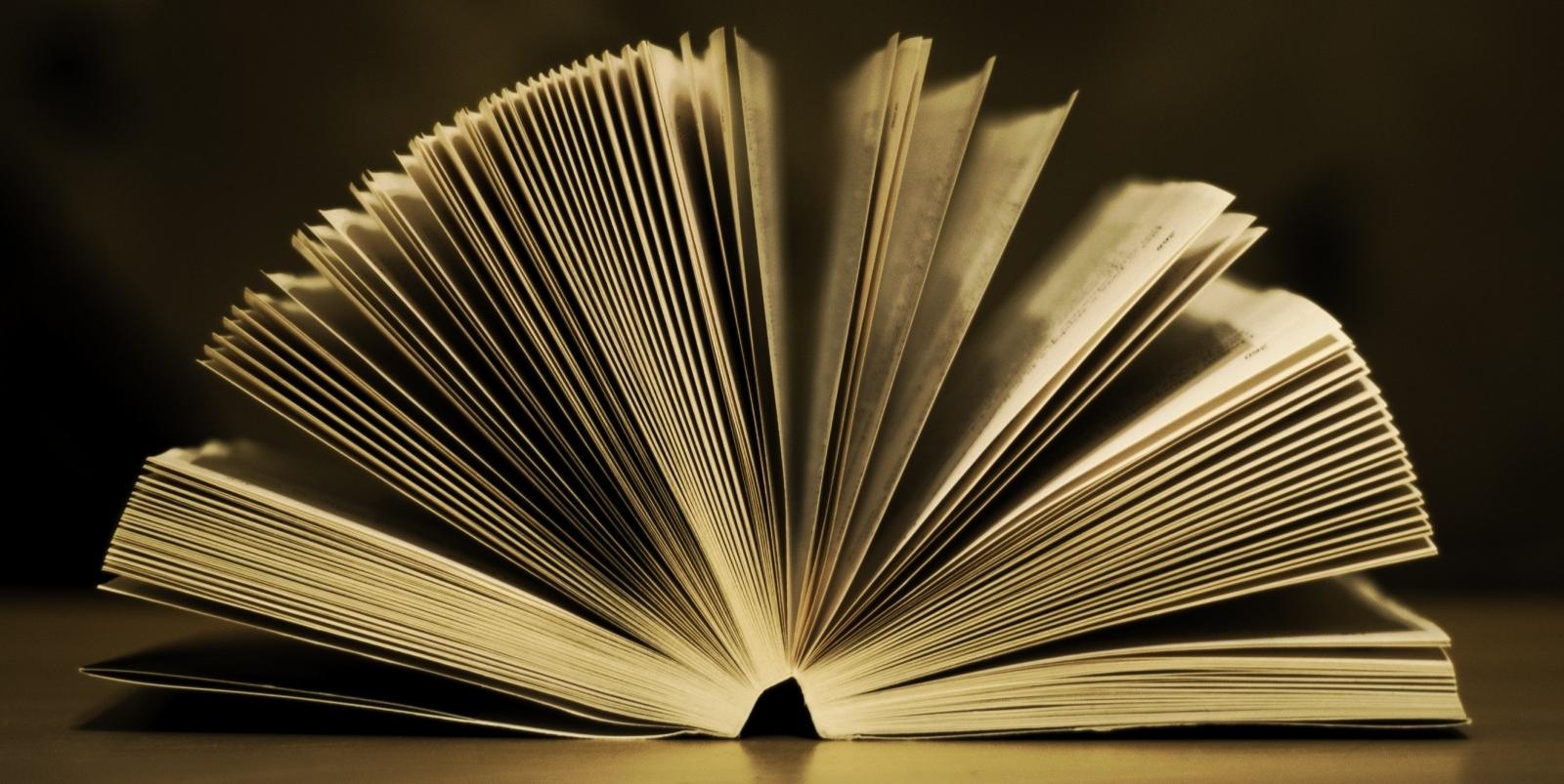 Un Homme Rend Un Livre A La Bibliotheque Avec 49 Ans De