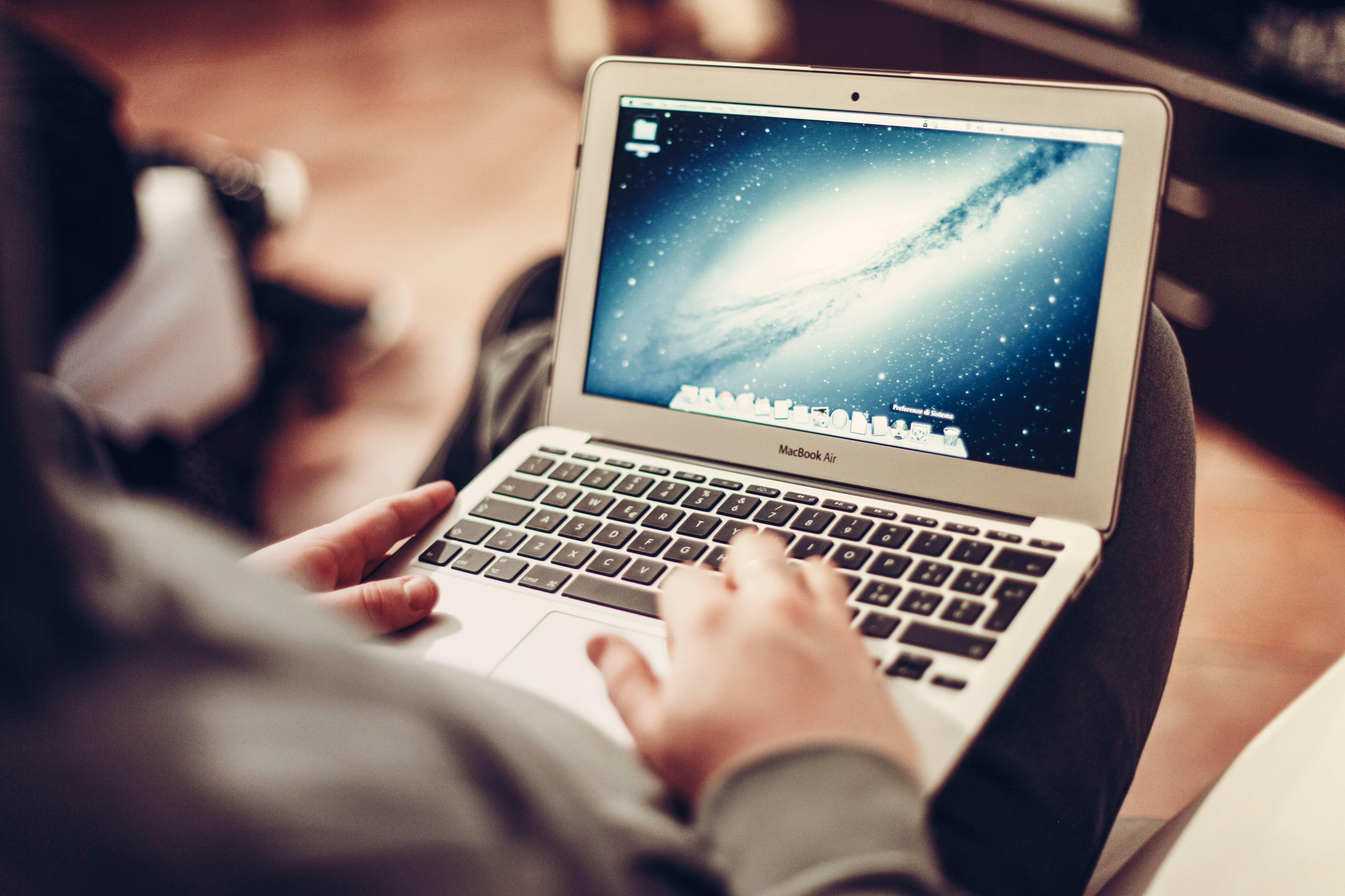 une personne utilise un ordinateur portable