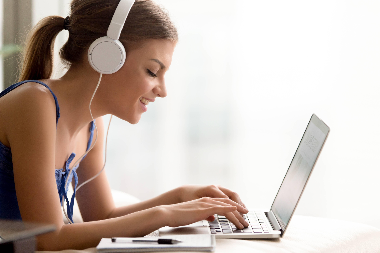ordinateur-ecouteurs