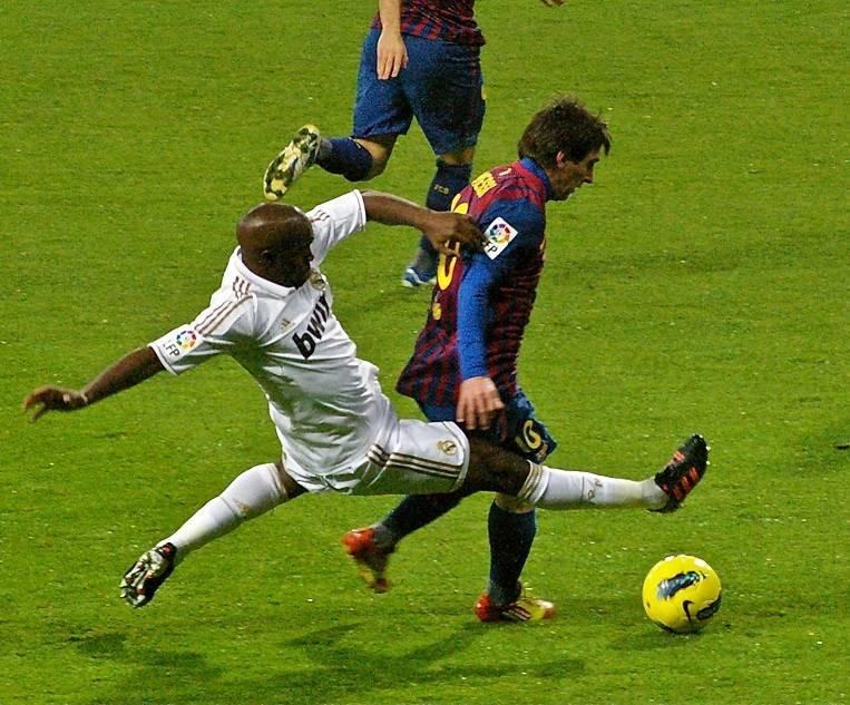 un joueur de football effectue un tacle sur un autre joueur lors d'un match