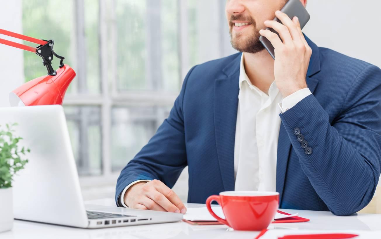 teletravail-ordinateur-professionnel-homme-affaire