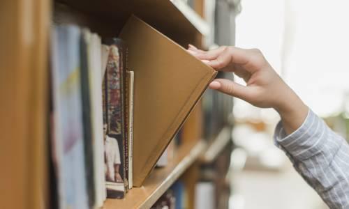 Main prenant un livre