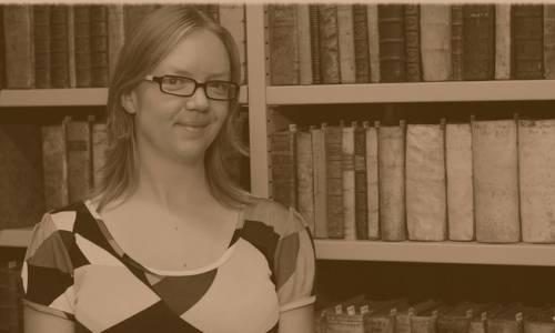 une femme devant un mur de livres
