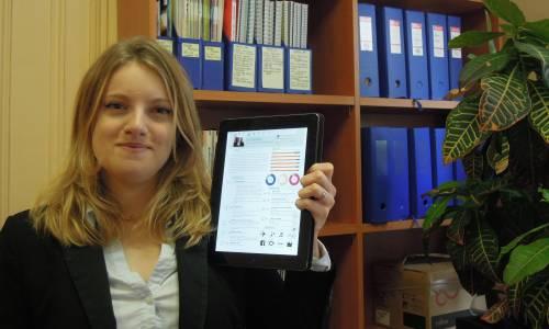 Pour être sûre de ne pas connaître de problèmes de connexion, Sandra Giannini à enregistré tous ses documents sur le disque dur de son iPad (Archimag)