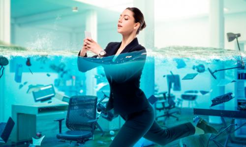 femme-eau-business-ordinateur-entreprise-affaires