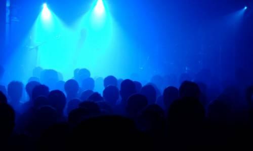 une foule dansant lors d'un live musical