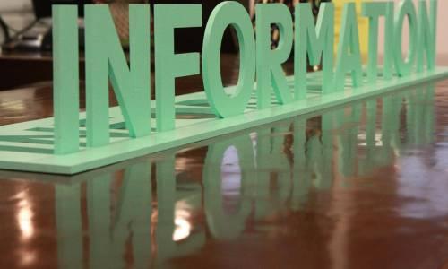 le mot information sous forme de logo imprimé en trois dimensions