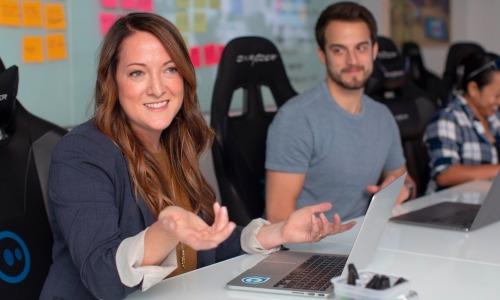 Femme souriante ordinateur