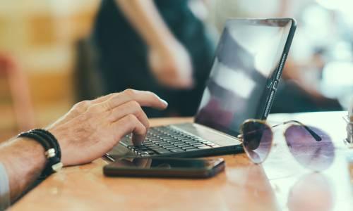 ordinateur-portable-homme-lunettes