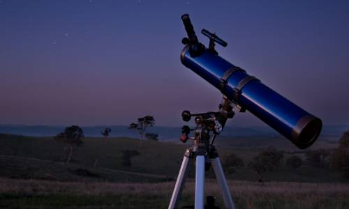 Un télescope pointe vers les étoiles (Ryan Wick / Flickr)